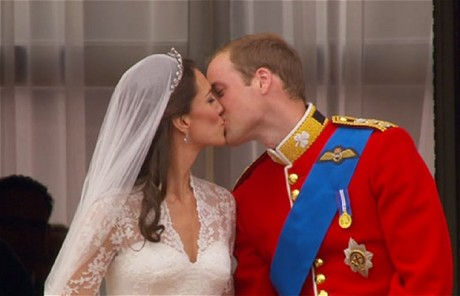 Kate catherine middleton and prince william kiss twice on the balcony 3
